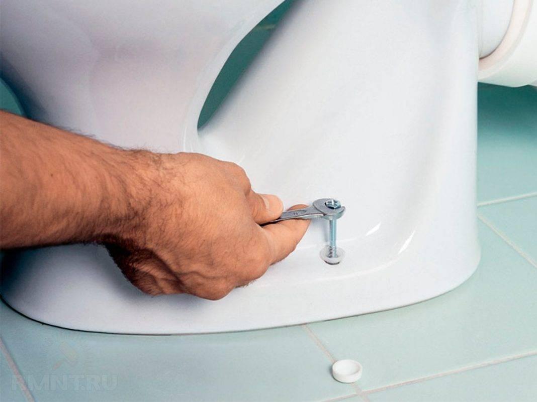 Как установить унитаз своими руками если неровный пол