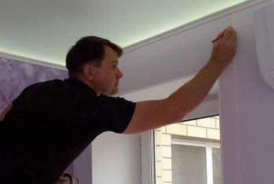 Как установить потолочный карниз под натяжной потолок: монтаж открытой и скрытой гардины