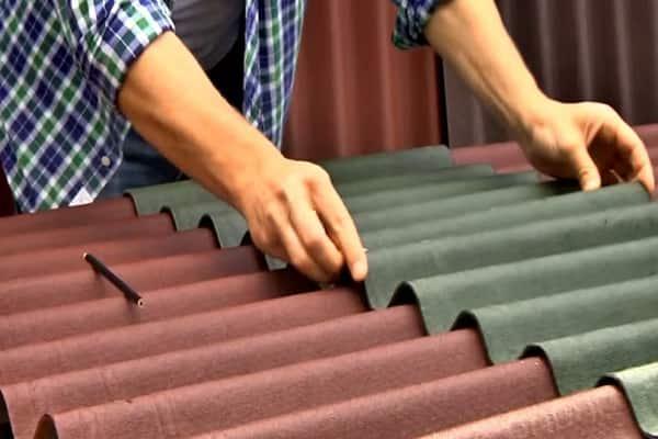 Как правильно крыть крышу ондулином своими руками