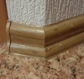 Как правильно крепить пластиковые плинтуса к полу, бетонной стене и другие варианты с видео