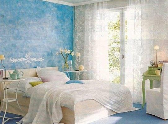 Голубые обои в интерьере (55 фото): бело-синие варианты для стен в гостиной, нежные оттенки цвета с золотом, узор в полоску, с чем сочетаются