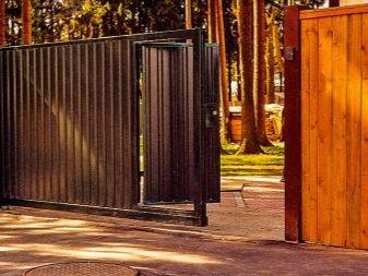 Откатные ворота с калиткой: преимущества и недостатки