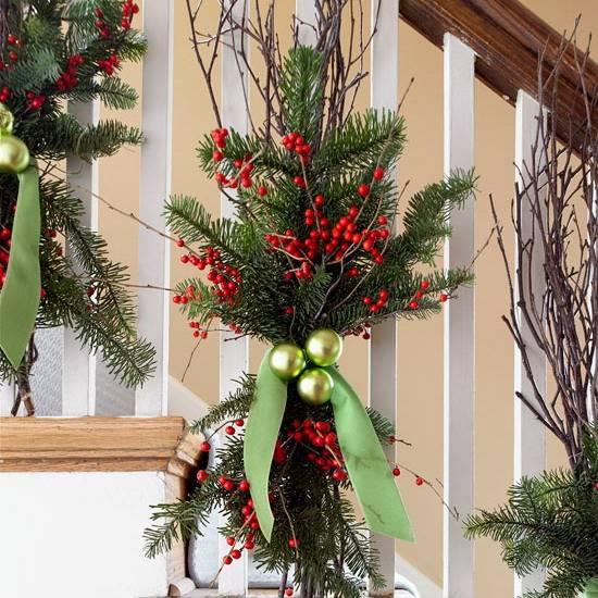 Яркий декор лестницы к Новому году: как украсить перила и ступеньки