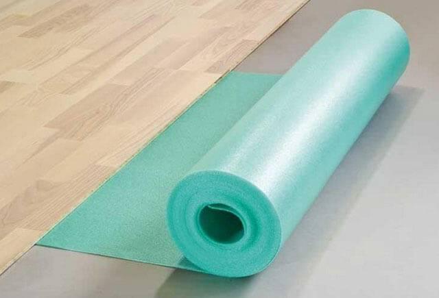 Укладка подложки под ламинат (40 фото): какой стороной класть, как правильно стелить пробковую и хвойную подложку своими руками