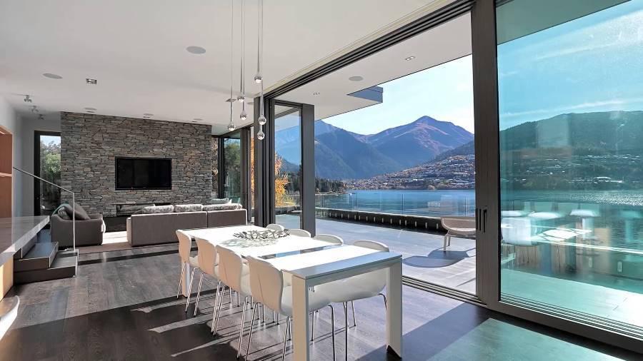 Окна в гостиной фото дизайн: оформление пола, много окон в интерьере, красивый дизайн разных стен, размер