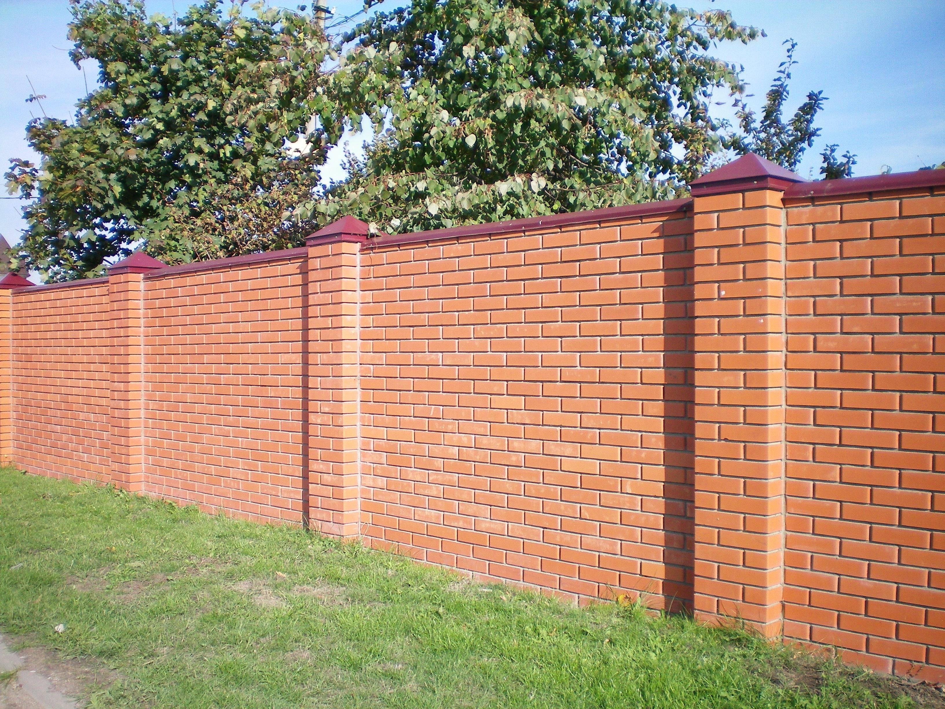 Как построить забор из профнастила с кирпичными столбами: схема, инструкция
