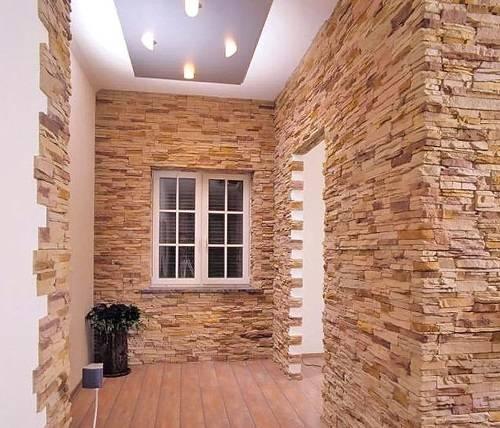 Гипсовая плитка под кирпич в интерьере прихожей, кухни и гостиной: фото