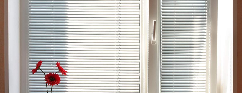 Жалюзи на пластиковые окна - рейтинг лучших по видам, материалам изготовления и способам крепления