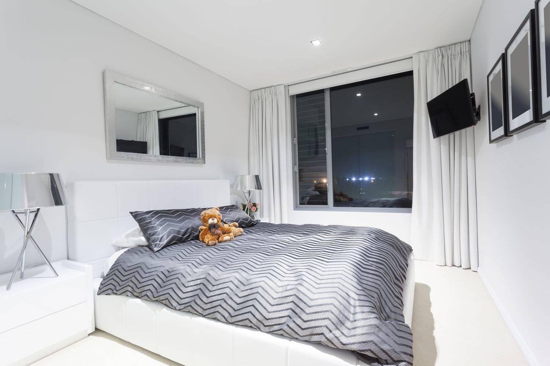 Натяжной потолок в спальне: идеи дизайна (90 фото)