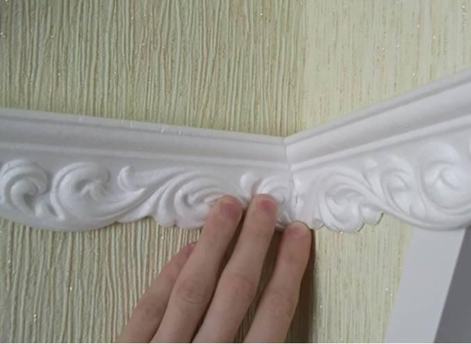 Как приклеить потолочный плинтус и вырезать угол: без стусла, своими руками, на натяжной потолок