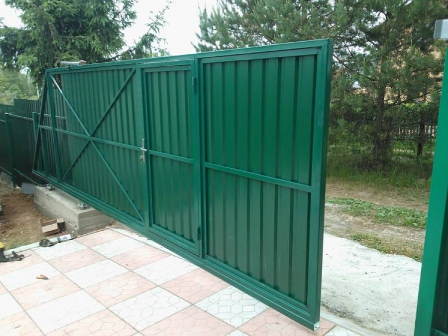 Ворота со встроенной калиткой внутри: особенности изготовления и эксплуатации встроенной калитки