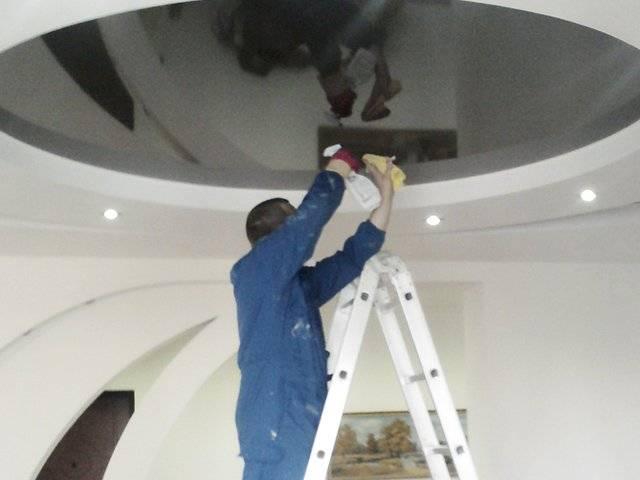Как и чем помыть глянцевый или матовый натяжной потолок без разводов в домашних условиях?