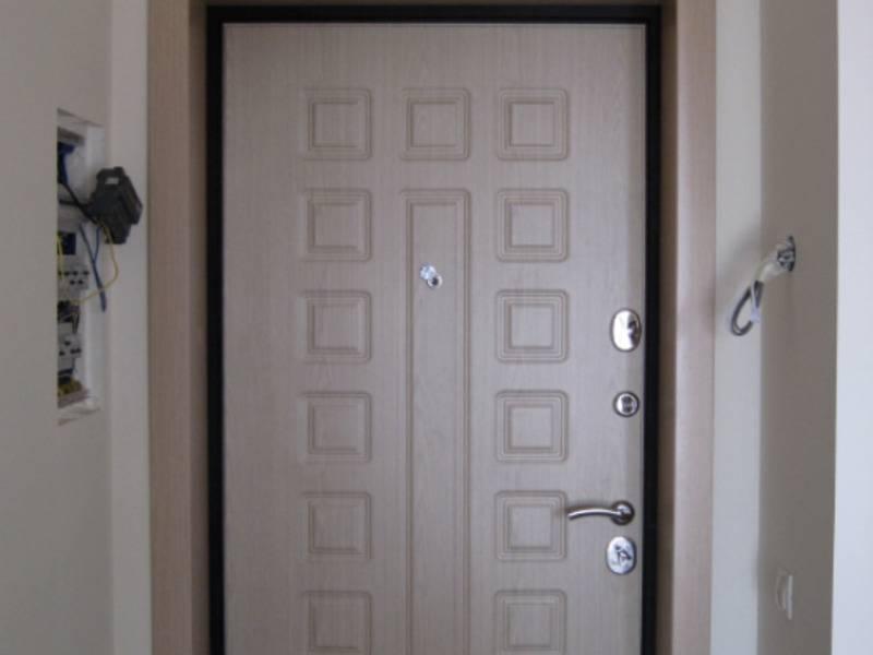 Обивка входных дверей металлических и деревянных: какие материалы для этого нужны и способы отделки
