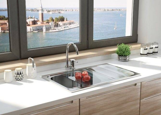 Мойка у окна на кухне (27 фото): дизайн кухонного гарнитура с раковиной возле окна. как перенести мойку к окну?