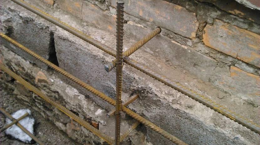 Как делают укрепление фундамента дома, если пошла трещина на стене?