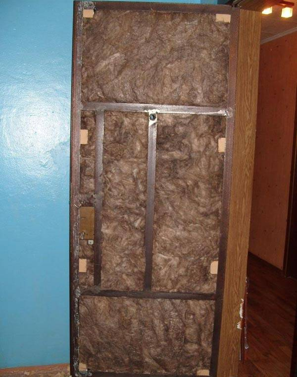 Обшивка двери дермантином своими руками: как обшить металлическое и деревянное полотно изнутри и снаружи (видео, фото)
