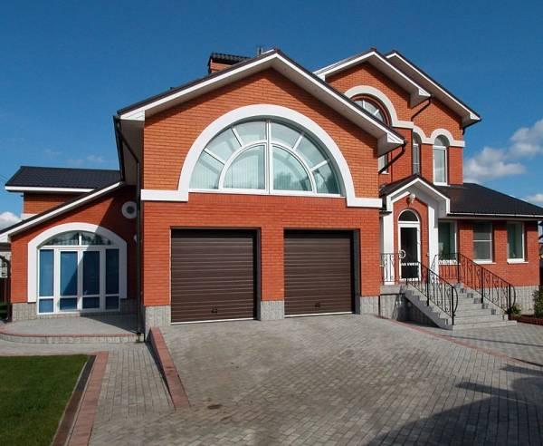 Дома из кирпича: 210+ (фото) красивых фасадов своими руками