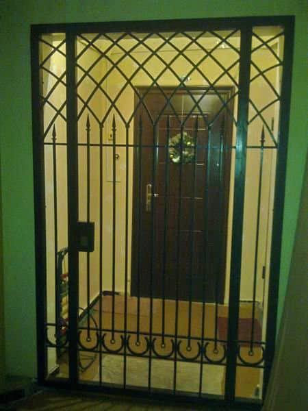 Раздвижные решетки на двери: полезные рекомендации по выбору
