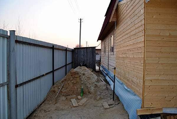 Кто из соседей должен ставить забор и с какой стороны, расстояние до туалета и другие спорные вопросы в частном секторе