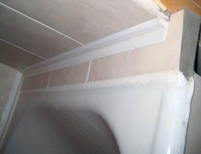Как заделать щель между ванной и стеной: основные способы и советы специалистов