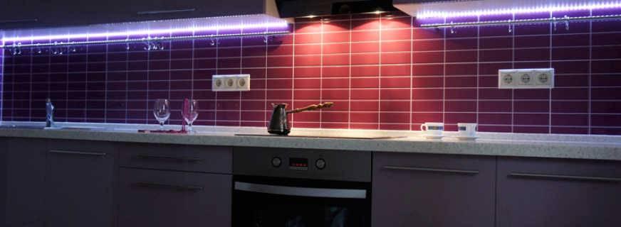 Светодиодная подсветка для рабочей зоны кухни (33 фото): особенности сенсорной ленты. как расположить освещение? достоинства и недостатки кухонных светильников