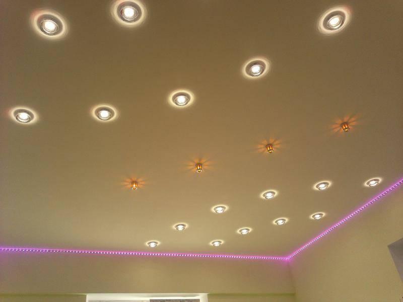 Освещение на кухне с натяжным потолком (30 реальных фото): расположение светильников,