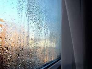 Почему потеют окна? от чего появляется конденсат на пластиковых конструкциях изнутри в квартире, что делать, если зимой в доме текут мансардные окошки
