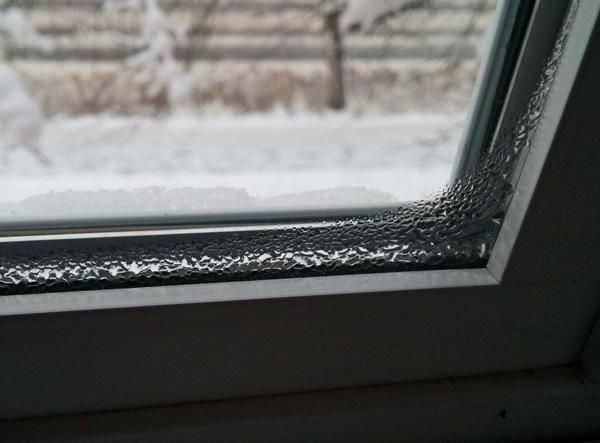 Почему на пластиковых окнах собирается конденсат