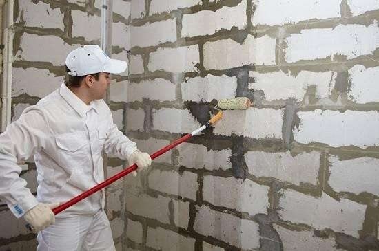 Как быстро штукатурить стены по маякам и без них и научиться правильно проводить процедуру гипсовой разновидностью и цементным раствором?