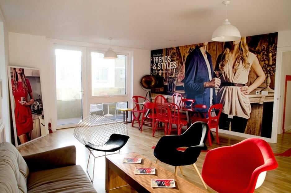 Красный диван в интерьере комнаты: как сочетать