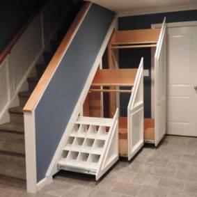 Как сделать и обустроить кладовку под лестницей в частном доме