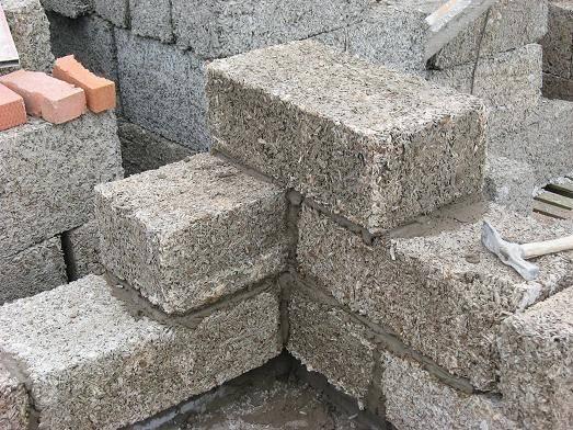 Строительные блоки из опилок и цемента: свойства и изготовление