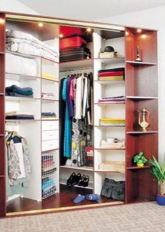 Белые угловые шкафы: модные матовые варианты с зеркалом и в глянце для спальни и прихожей с распашными дверями на 90 градусов, книжные модели и для хранения одежды