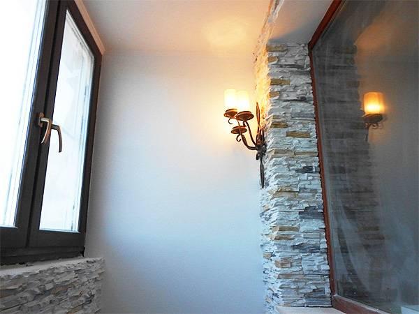 Отделка балкона декоративным камнем: виды фактуры, дизайн, варианты отделки, сочетания