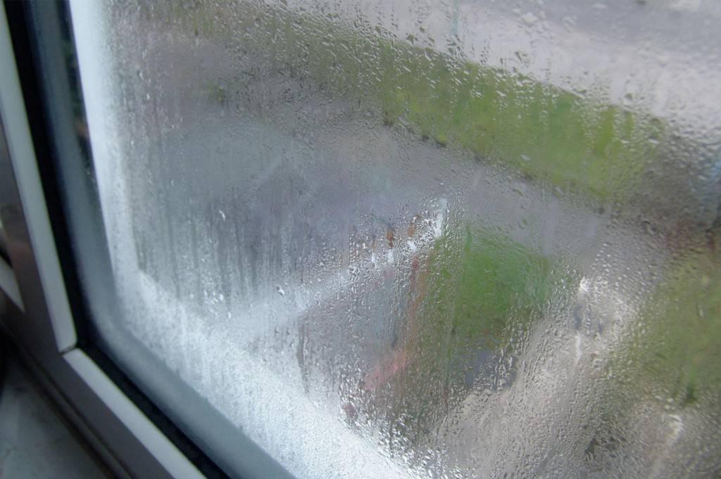 Почему потеют пластиковые окна, откуда конденсат внутри окна, что делать если пластиковые окна потеют