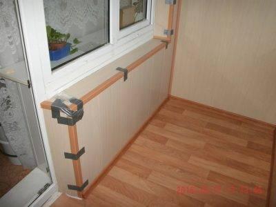 Как сделать подоконник на балконе: технология монтажа и примеры реализации