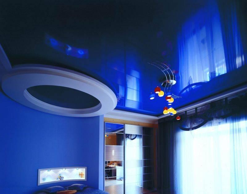 Двухцветные натяжные потолки в интерьере - тонкости подбора и лучшие примеры