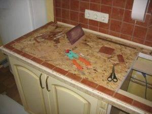 Столешница из плитки на кухню (37 фото): особенности керамических кухонных столешниц. столешница из мозаики в интерьере кухни