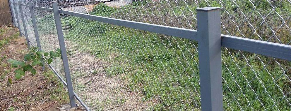 Забор из сетки-рабицы (69 фото): размеры, как сделать своими руками, как натягивать рабицу при монтаже забора на даче, как покрасить