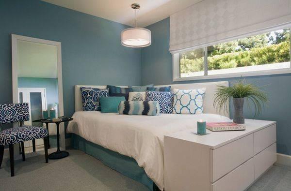 Как должна стоять кровать в спальне, способы удобного размещения