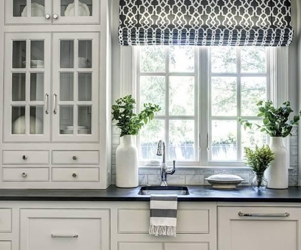 Дизайн кухни с окном: реальные фото примеры