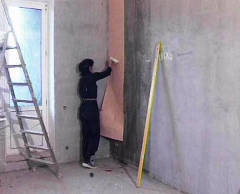 Можно ли клеить обои на бетонные стены без шпаклевки, чтобы они не отклеились, подготовка стен к поклейке