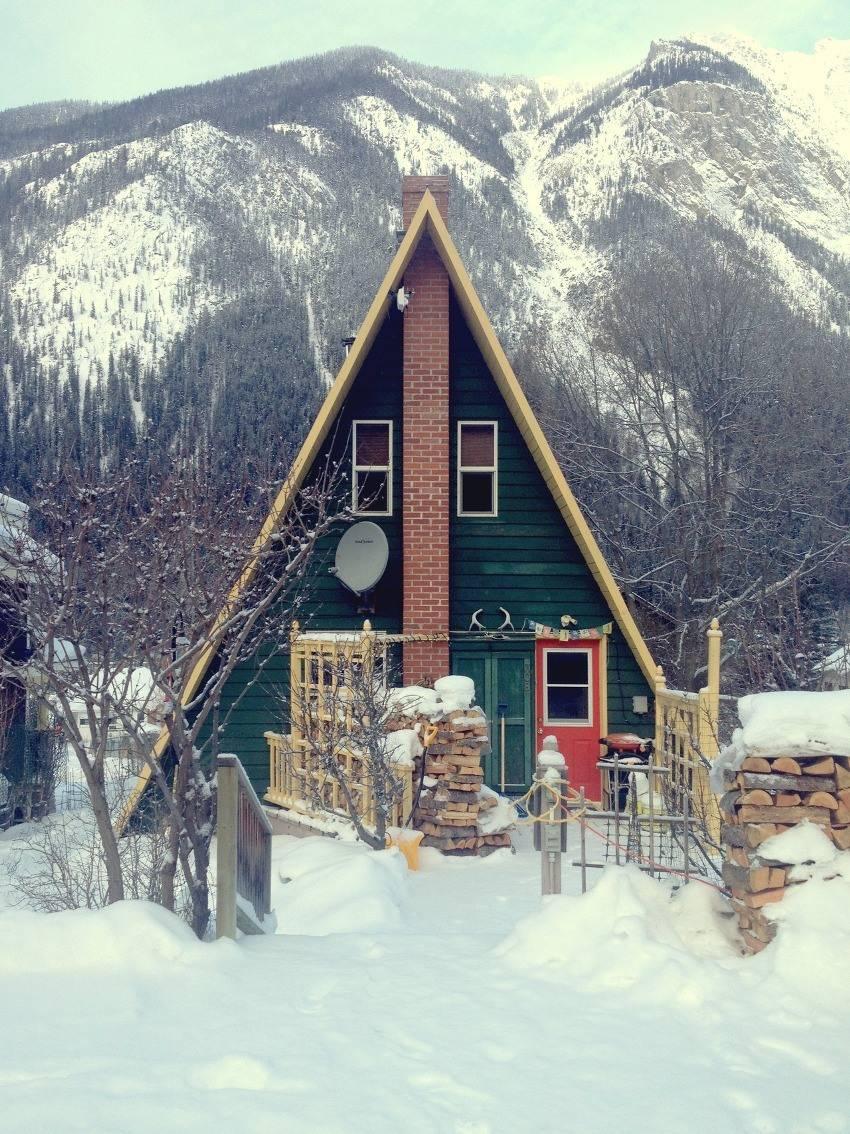 Дом, построенный в виде шалаша – оригинальная идея для дачи