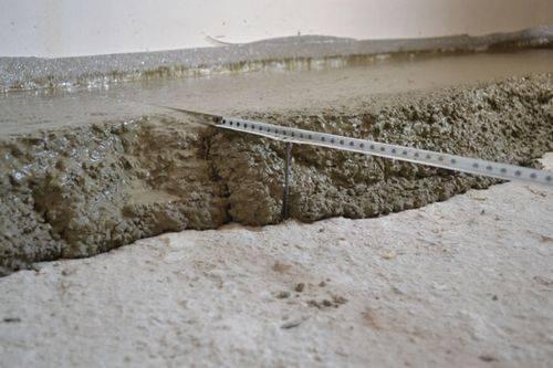 Толщина стяжки пола: какая минимальная и максимальная допустимы, слой для бетонного основания