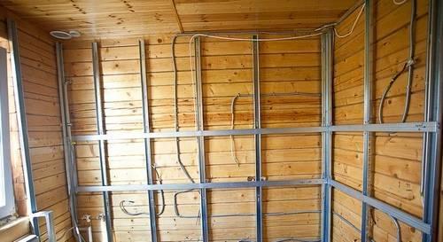 Отделка деревянного дома внутри гипсокартоном своими руками: обшивка и выравнивание каркасом стен и потолка с фото и видео
