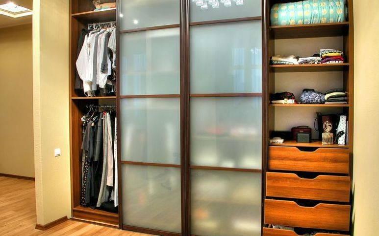Гардеробная или шкаф-купе: что лучше выбрать, особенности