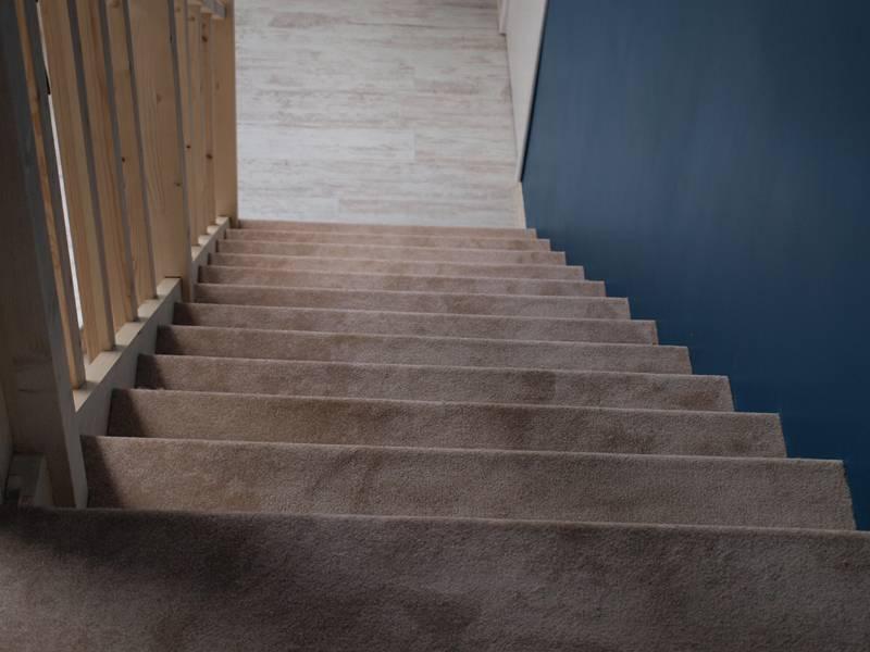 Как правильно обшить лестницу ковролином своими руками?