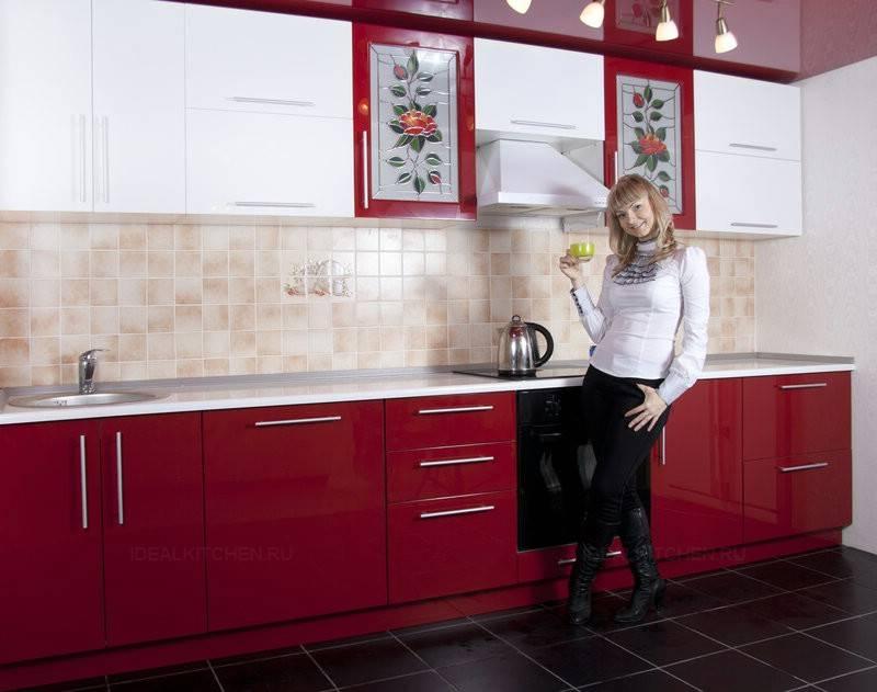 Бордовая кухня: гарнитур вишневого, винного цвета на бежевом фоне, угловой в сочетании с белым, подойдет ли коричневая плита