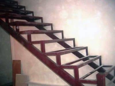 Простая лестница из профильной трубы: монтаж своими руками