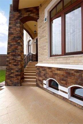 Отделка дома фасадным камнем, облицовка фасада загородного дома, этапы монтажа, цены в москве